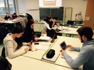 SchülerInnen des Jahrgangs 11 beim Arbeiten mit Ipads
