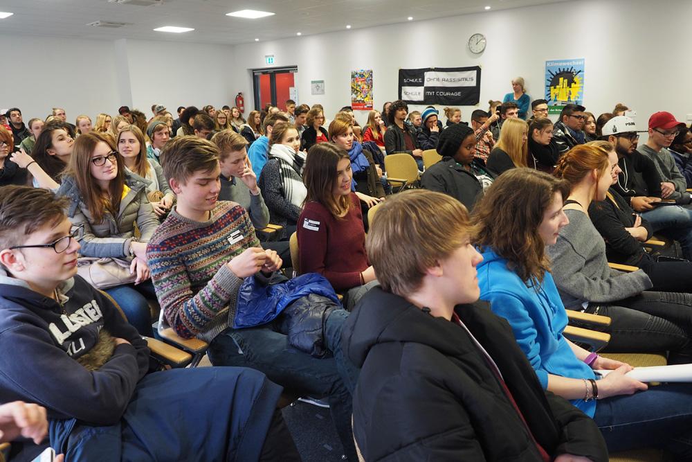 120 SchülerInnen aus über 60 SoR-Schulen in NRW zeigten Gewalt und Rassismus die Rote Karte