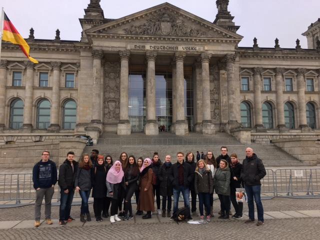 Wir wünschen schöne Ferien mit Fotos vom Jg 13 aus Berlin