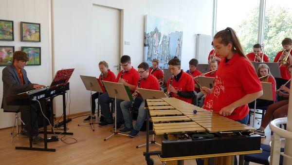 Die Musikklasse 10e spielt zur Ausstellungseröffnung